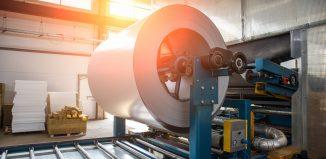 Processo de fabricação de chapas de aço inox em indústria.